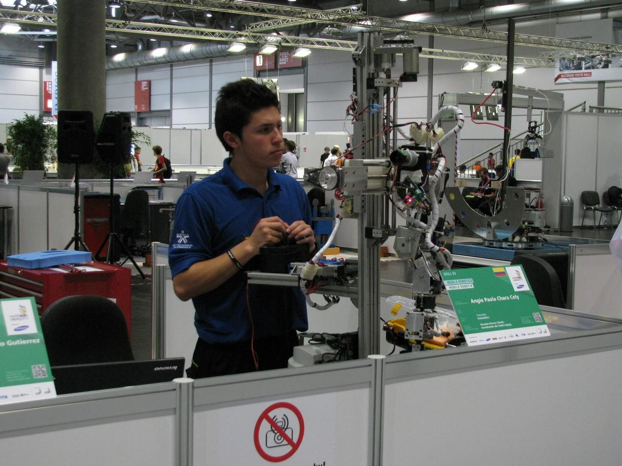 Angie Paola Chara Cely aus Columbien oder Herr Gutierrez - sie montierten im Kampf um den WM - Titel als Techniker in der Mobilen Robotik