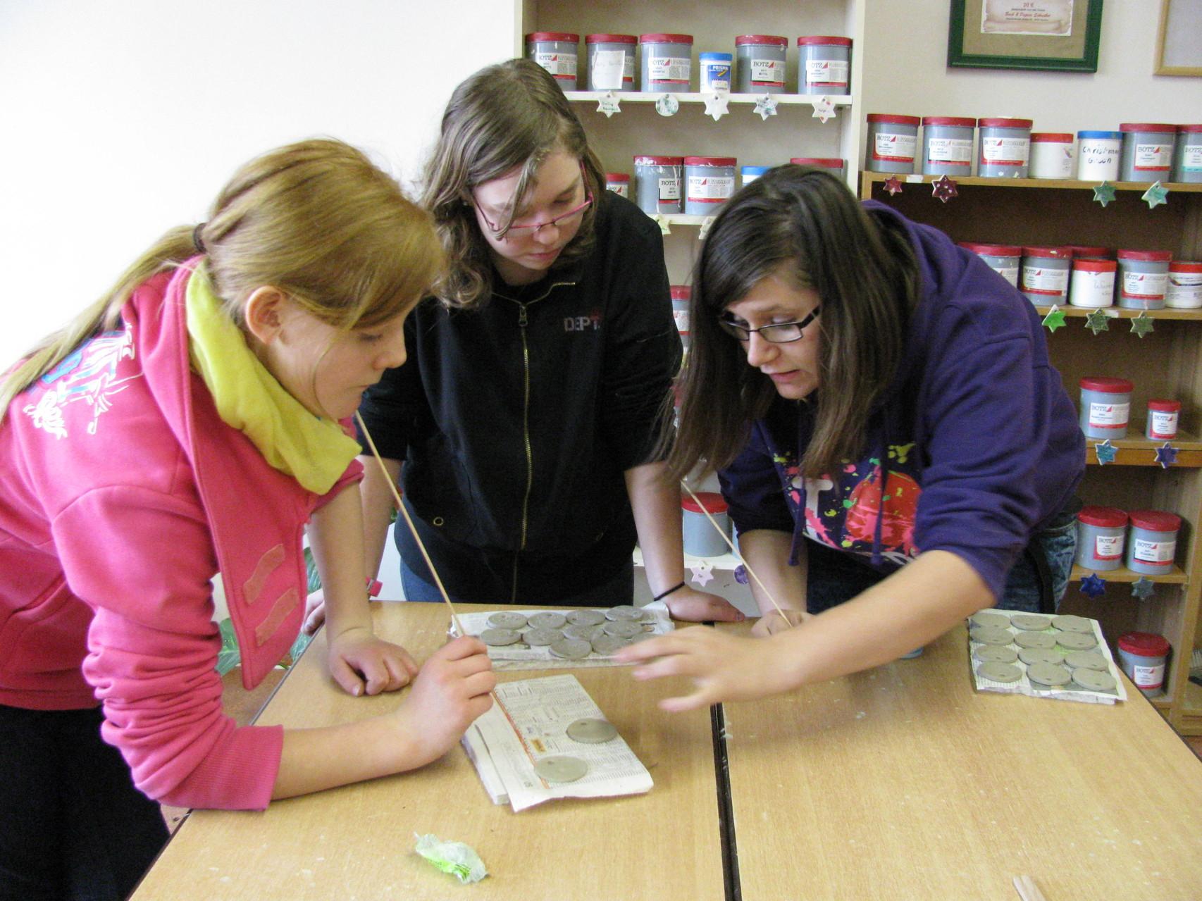 Freitag Nachmittag, wenn schon alle anderen das Schulhaus verlassen haben, arbeiten Sunny, Lea und Corinna noch in ihrer Firma