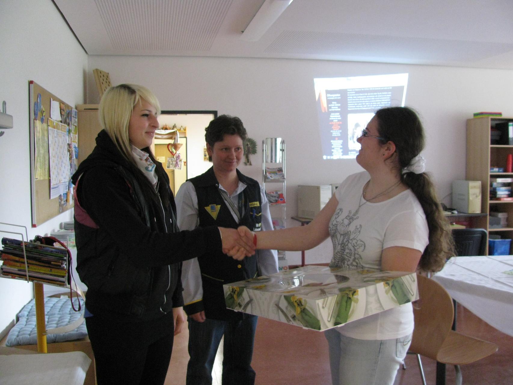 Sarah bedankt sich bei den Mitarbeitern vom EDEKA