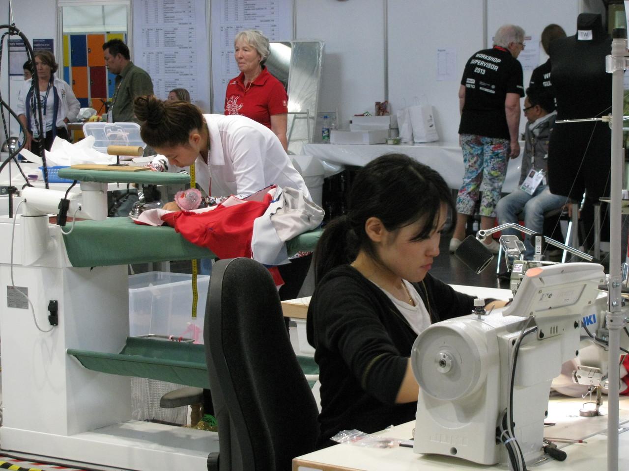 - Die Teilnehmer im Bereich Modetechnologie vernähen knapp 1000 Knöpfe