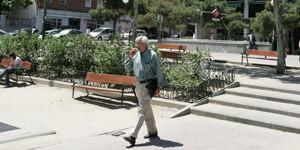 Un hombre pasea por la plaza de Prosperidad que tiene varias alturas. (Imagen: Jorge Paris)
