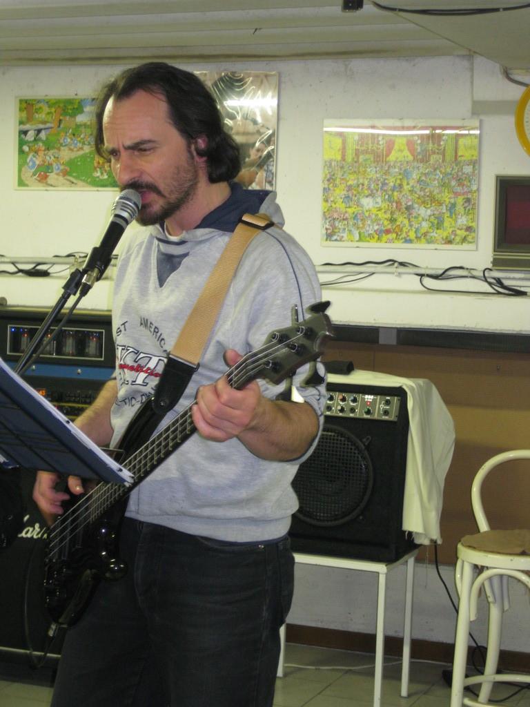 Alla voce e al basso....RENZO visitate il suo sito www.renzoregoli.it