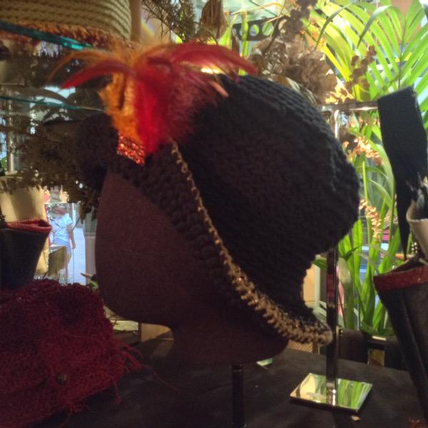 Cloche Noire Plumes Rouges