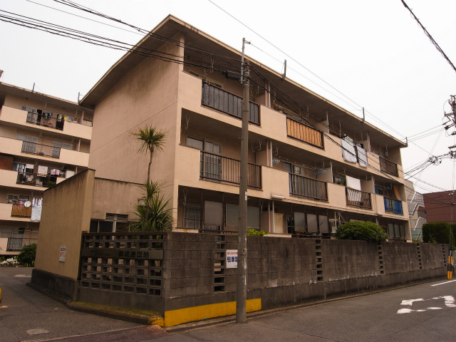 コチラ正面入り口 裏の別棟は団地型住宅です。