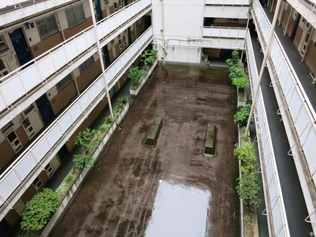 昔は中庭にジャングルジムとブランコ、砂場があったと思われますが 既に撤去されています。(友人の部屋内覧時に撮影)