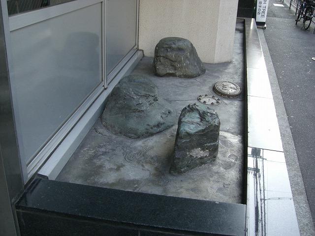 入口に戻ってみましょう。庭園ちっくな石があります。(友人の部屋内覧時に撮影)