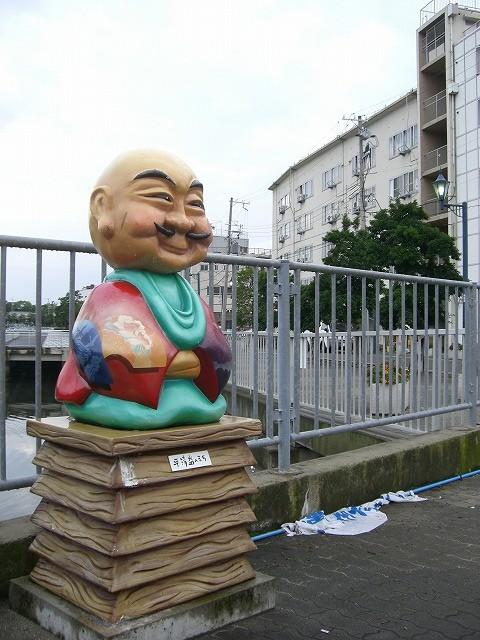 団地前には平清盛像があります。兵庫には昔、福原京という都がありました
