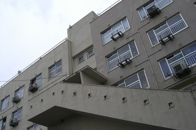 上を見上げてみると階段には四角い穴が・・・