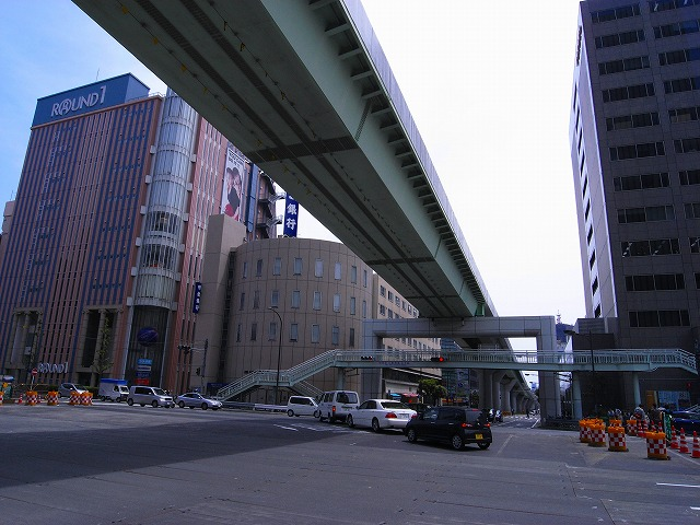 三宮駅からポートライナーの高架を たどっていくと団地が見えてきました。