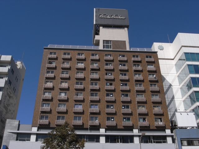 近くで見ると、まるでホテルのようですが、 実は公団市街地住宅です。 単身者住宅が多いみたいです。