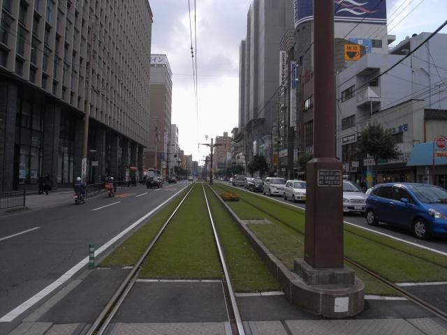 鹿児島中央駅前の路面電車軌道 緑化してました。