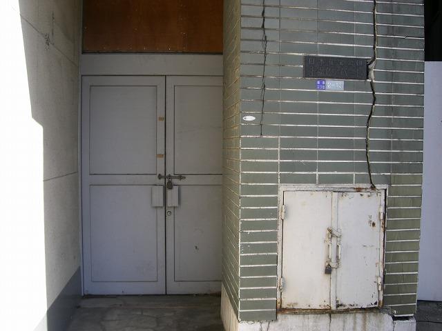 入口付近。こちらも閉ざされています。ちなみに譲渡物件で銘板が残っているのは非常に珍しいです