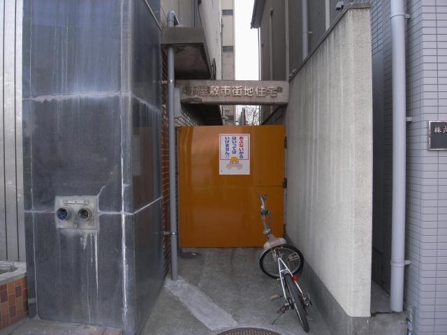 表玄関も閉鎖されてました。