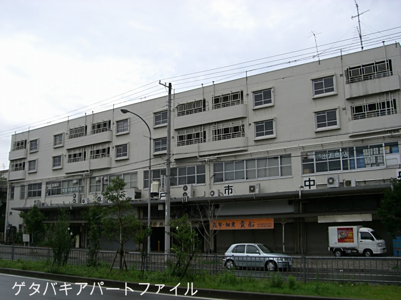 1階と2階は市場。