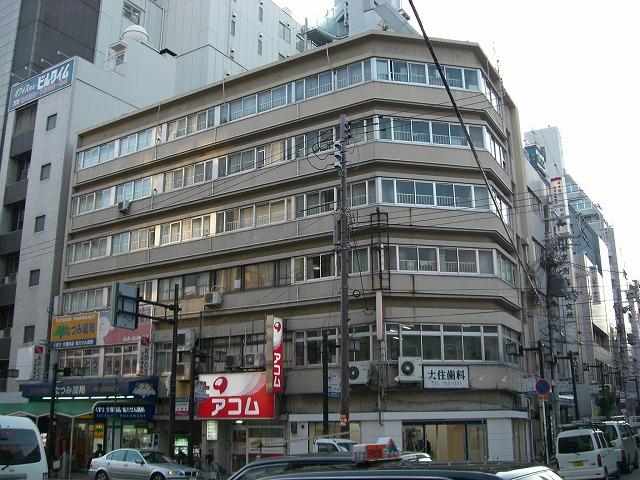 昔、上本町駅は上本町六丁目駅と呼ばれていて 大阪人が「上六(うえろく)」と略して呼んでいたのが 団地名の由来です。 今でも上本町を上六という人は多いです。
