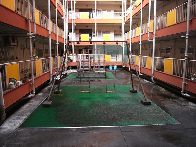 5階です。遊具は2つ ブランコ&ジャングルジムです。(遊具は撤去済)