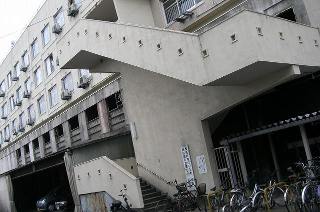 赤川町団地一番の目玉はこの四角穴つき階段です。目につくな~。