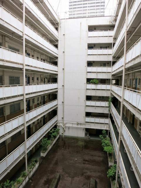中は吹き抜けとなってます。西日本特有の市街地住宅の形みたいです。(友人の部屋内覧時に撮影)