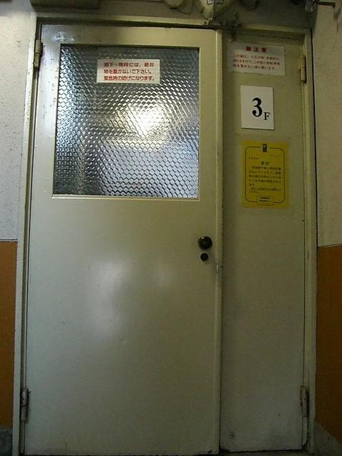 低層5階建てですが、各階に一つづつ扉があります