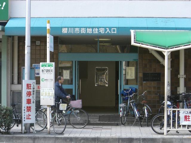 こちらエントランスです。 櫻川という旧字体が使われています。 入口出たらすぐバス停!!