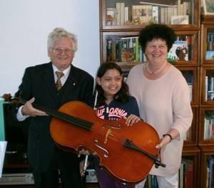 Strahlende Gesichter bei der Übergabe des Violincellos; Nimi, Evelyn Wittbrodt, Rektorin der KGS Donatusschule und Dietrich Gross, Präsident des KC Bonn e.V. (Foto: Dr. Büssemaker, KC Bonn)