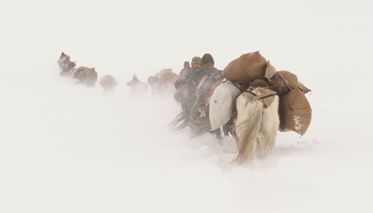 Eine Nomadenkarawane überquert im Winter einen 5000 Meter hohen Pass