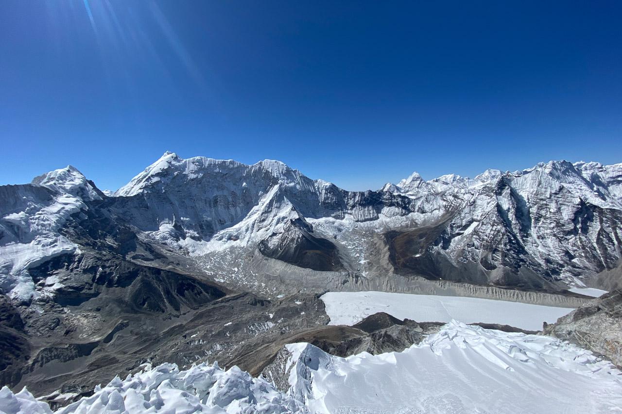 Blick vom 6189 Meter hohen Gipfel des Imja Tshe resp. Island Peak.