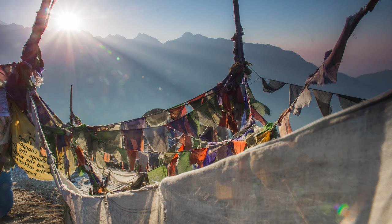 Gebetsfahnen auf einem Pass im Indischen Himalaya