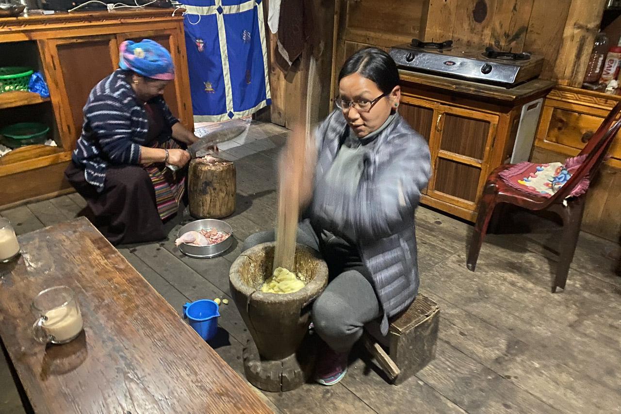 Zur Feier des Tages (heute ist der Jahreswechsel gemäss nepalesischem Kalender) gibt es Kartoffel-Stampf und ein Huhn wird geschlachtet.