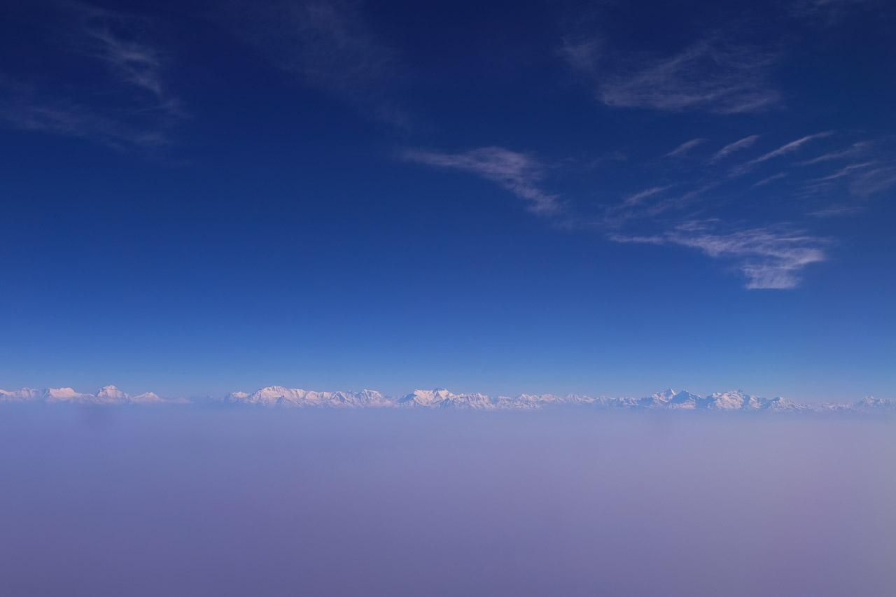 Die 8000er Dhaulagiri, Annapurna und Manaslu zeigen sich während des Anfluges nach Nepal.