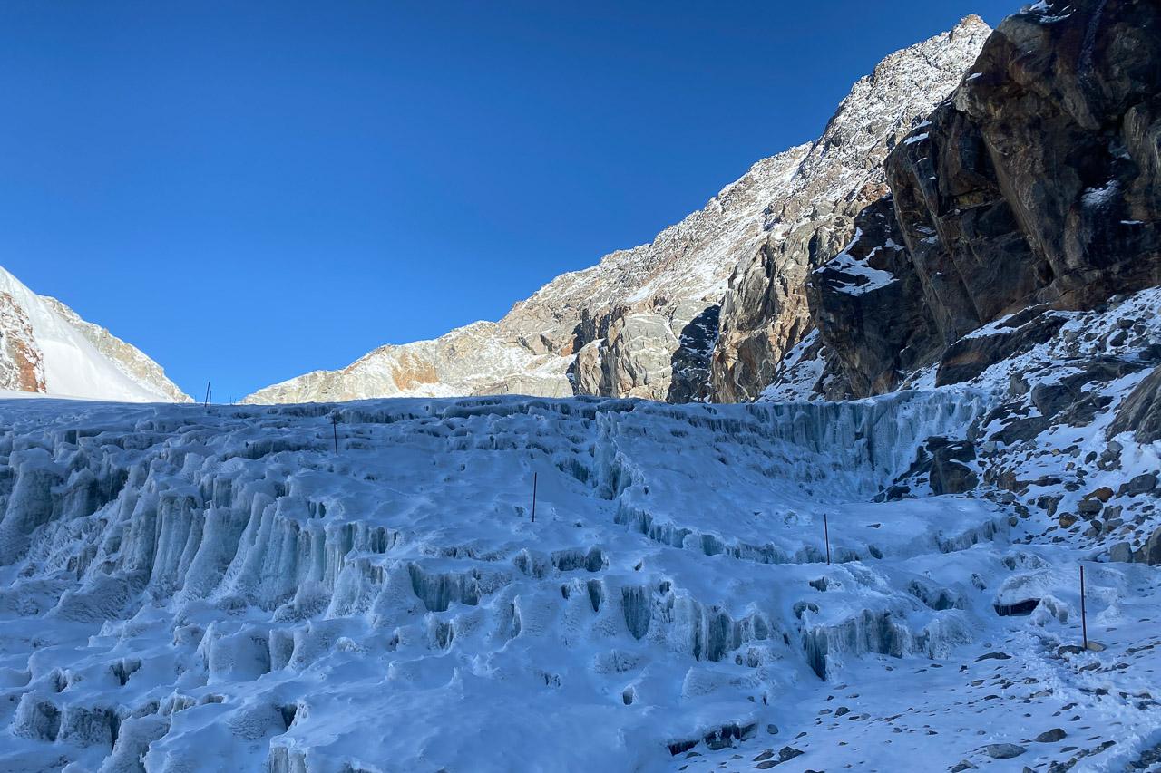 Der mehrheitlich spaltenlose Gletscher wird von Steigeisen und Pickel überquert.