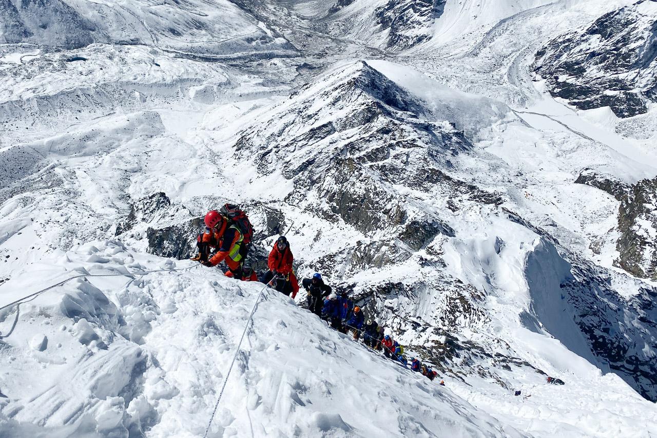 Zwei Team von Everest-Aspiranten üben das kommende Schlangestehen am Hillary Step.