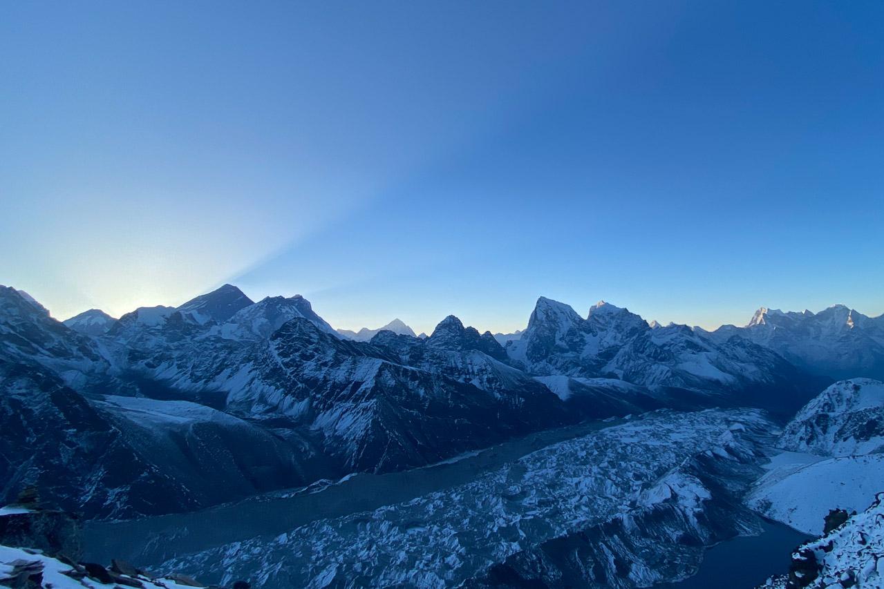 Dreiviertel links ist die Gipfelpyramide des Mount Everest.