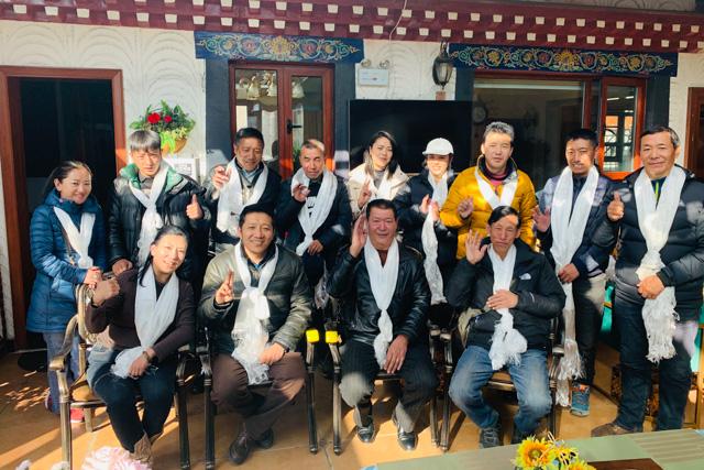 Ein Teil unserer Crew in Tibet während dem Losar (tib. Neujahr). Zu diesem wichtigsten Anlass des Jahres haben wir die Corona-Hilfe verteilt.