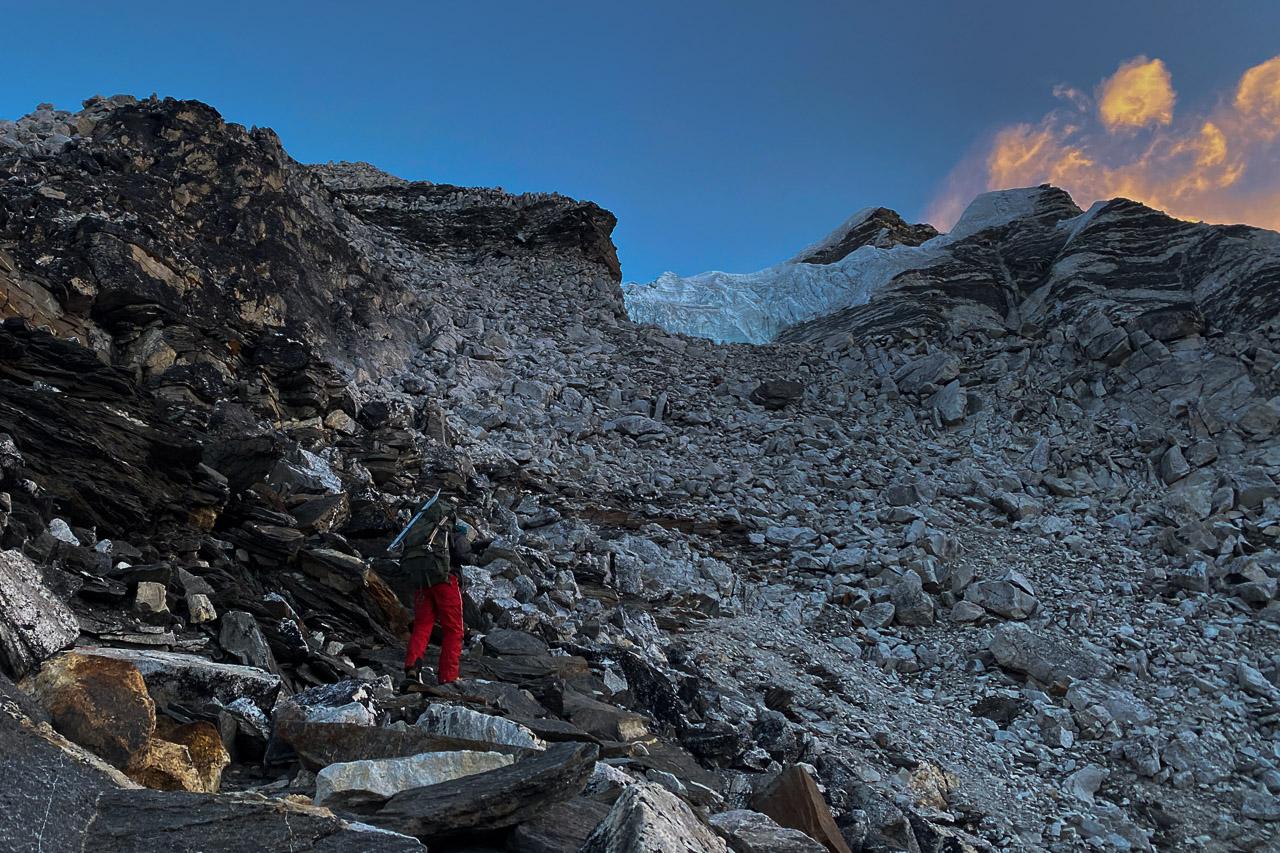 Unser Climbing-Sherpa Nima sucht den besten Weg durch die Geröllfelder.