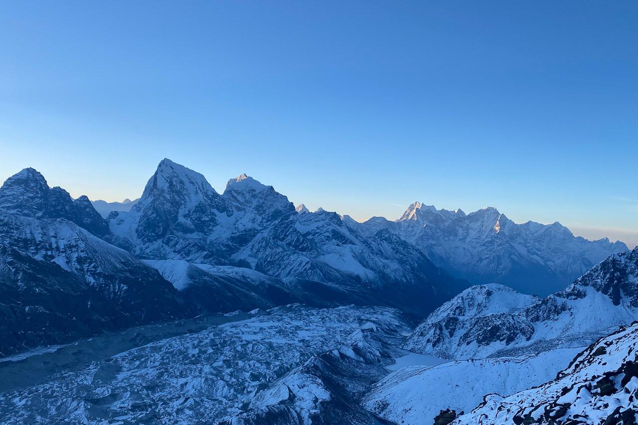 Die ersten Sonnenstrahlen treffen um halb sechs Uhr morgens auf die Bergspitzen.