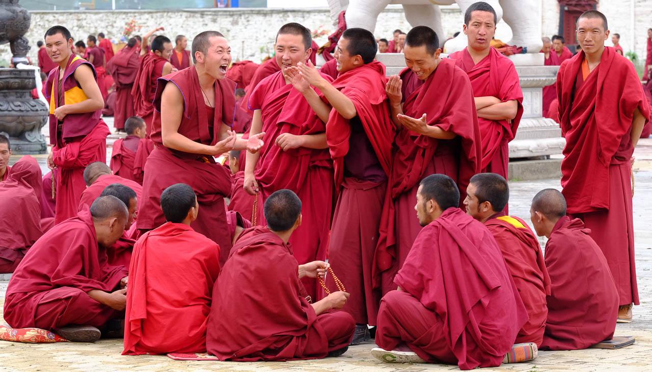 Buddhistische Mönche in Osttibet beim Debattieren