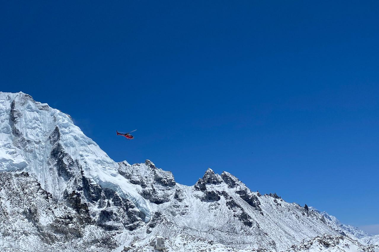 Jeden Tag sind viele Helikopter unterwegs. Nicht wegen Corona, sondern um täglich frische Lebensmittel ins Basecamp zu liefern.