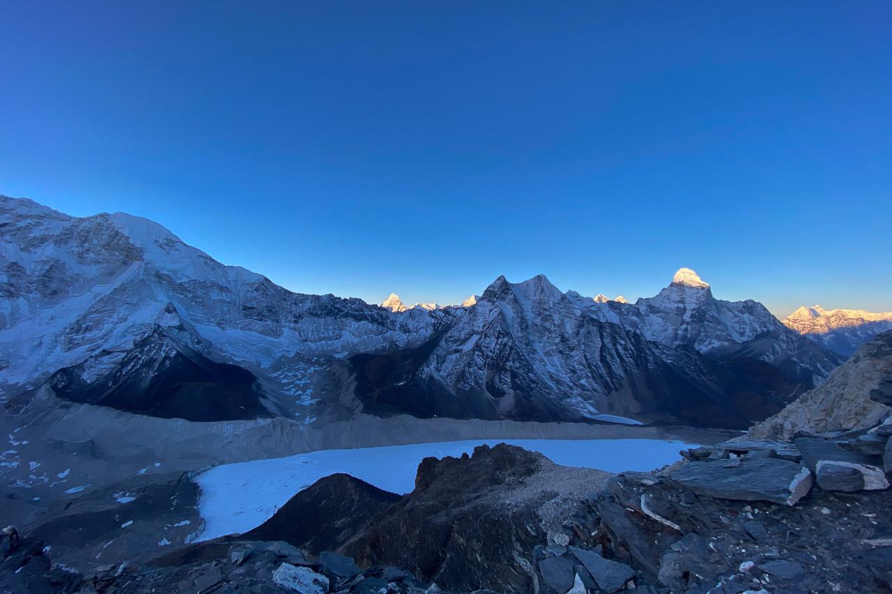 Morgendämmerung über dem gefrorenen See Imja Tsho.