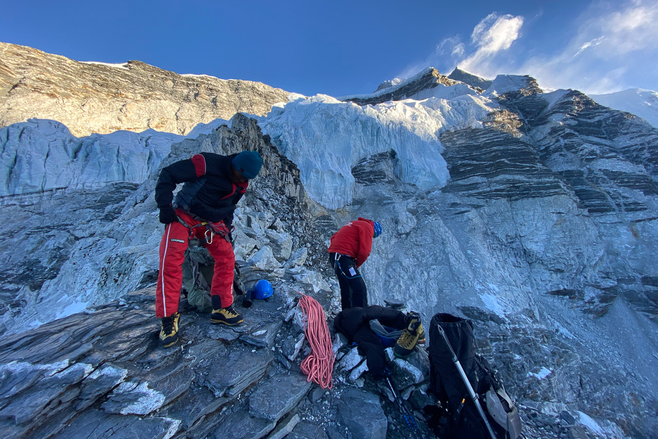 Einige Hundert Höhenmeter unter dem Gipfel werden die Steigeisen und Klettergurte montiert.