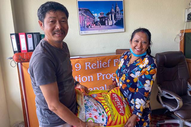 Auch das Büroteam in Kathmandu erhält seinen Anteil.