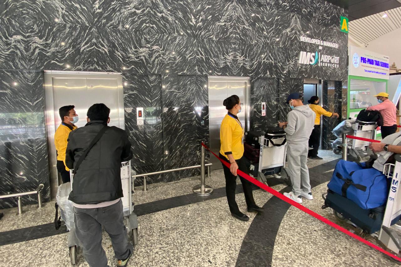 Ein Teil des Flughafens wurde neu gebaut und stolz werden die 3 Lifte präsentiert. Das Beste daran ist, dass damit 3 weitere Nepalis eine Anstellung haben. Die Mitarbeiterinnen und Mitarbeiter sind angestellt, um jeweils den Liftknopf zu drücken ;-)