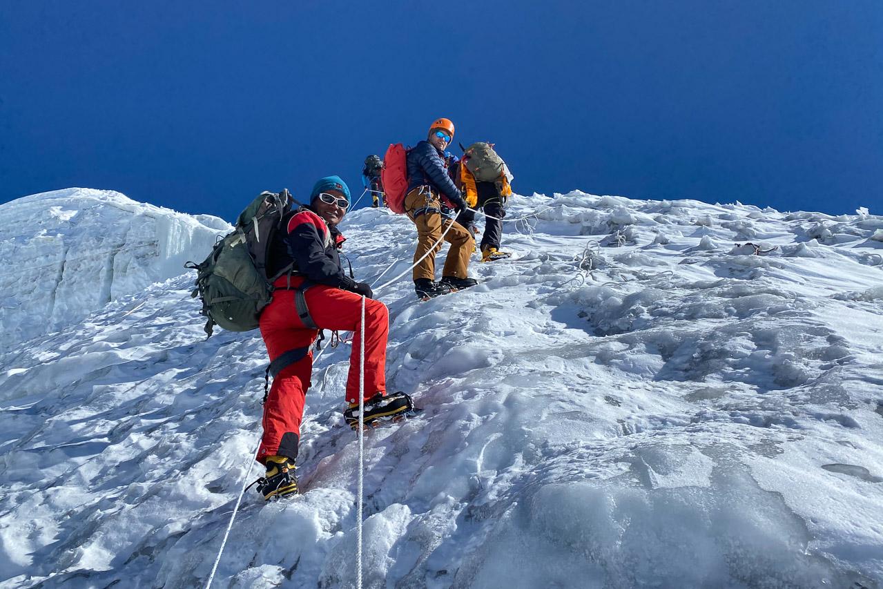 In Nepal ist es üblich, steile oder technisch schwierige Stellen mit Fixseilen zu sichern.