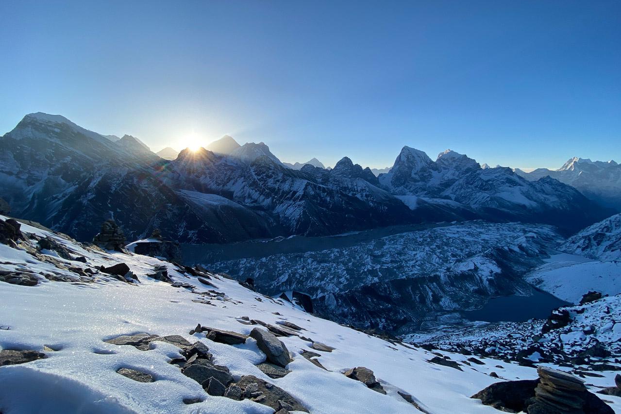 Sonnenaufgang links vom Mount Everest.