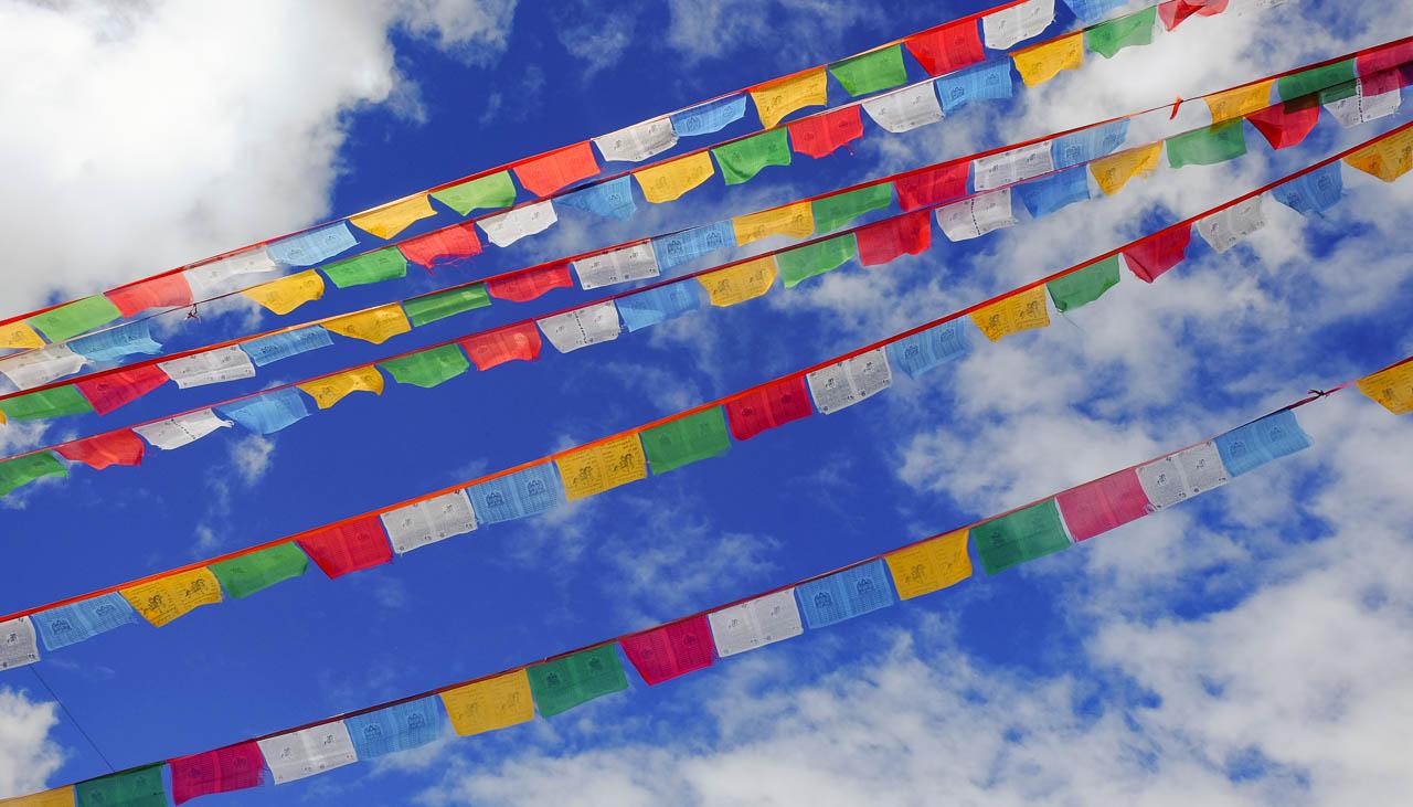 Farbige Gebetsfahnen in der Nähe von Lhasa in Tibet