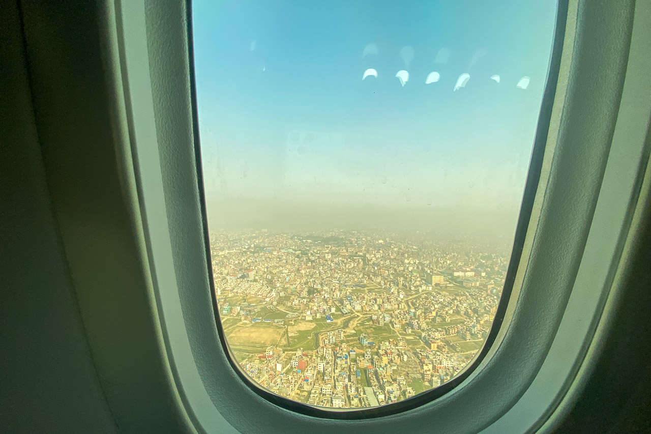 Blick über Kathmandu kurz vor der Landung.