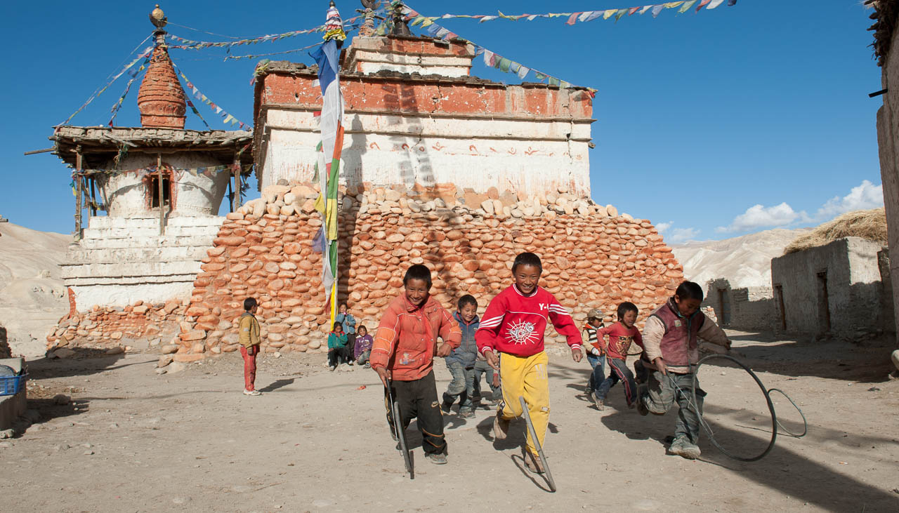 Kinder beim Spiel in Lo Manthang in Mustang, Nepal