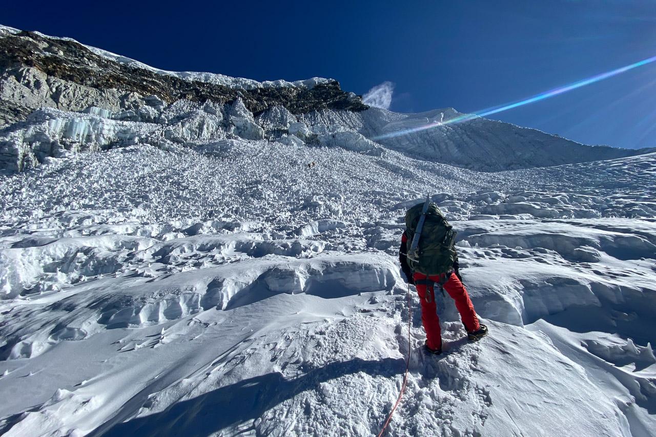 Der steile Gipfelhang ist dieses Jahr komplett ausgeapert.