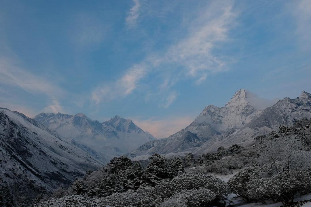 Die letzten Tage hat es abends im Khumbu geschneit. Rechts Ama Dablam, links Mount Everest und Lhotse