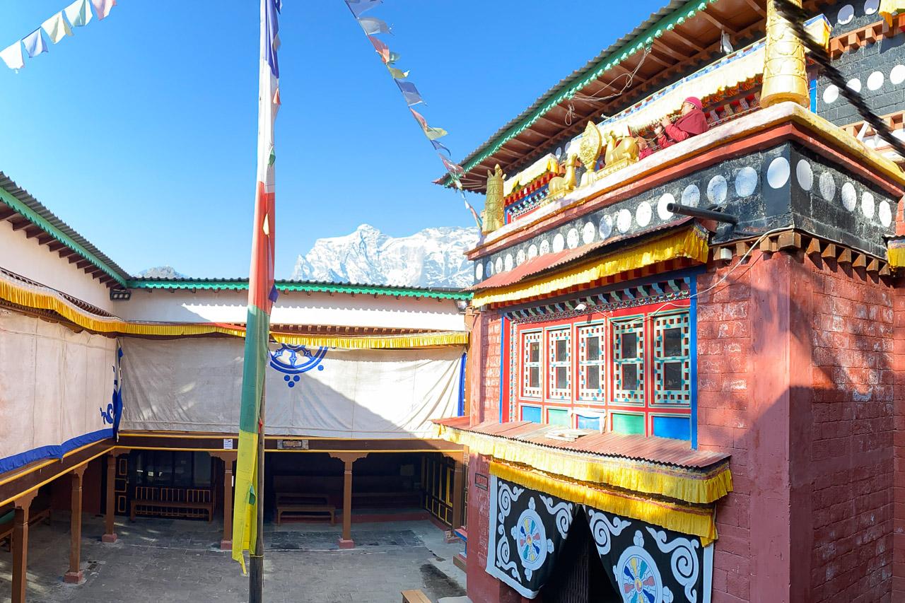 Die Mönche blasen im Kloster Khumjung zum Morgengebet